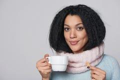 Lächelnde Winterfrau mit Tasse Kaffee stockfotografie