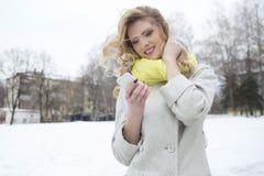 Lächelnde zufällige blonde Versenden von SMS-Nachrichten draußen Lizenzfreie Stockfotografie
