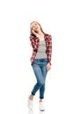Lächelnde zufällige Blondine, die auf Smartphone sprechen und weg schauen Lizenzfreies Stockbild