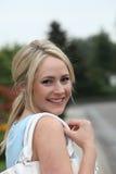 Lächelnde zufällige Frau mit einer Handtasche Stockbild