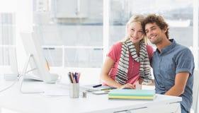 Lächelnde zufällige Geschäftspaare in einem hellen Büro stockfotografie
