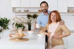 Lächelnde zukünftige Eltern, die zusammen aufwerfen Lizenzfreies Stockfoto