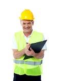 Lächelnder älterer Aufbauingenieur Stockfotos