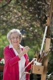 Lächelnder älterer Frauen-Anstrich Stockbilder