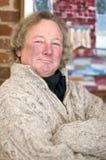 Lächelnder älterer Mittelaltermann mit dem langen Haar Lizenzfreie Stockbilder