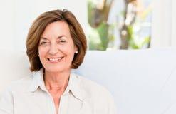 Lächelnder Älterer zu Hause stockbilder