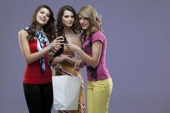 Lächelnder Absatzeinkauf der jungen Frauen Lizenzfreies Stockbild