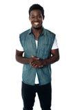 Lächelnder afrikanischer Jugendlicher in zufälligem Stockfotografie