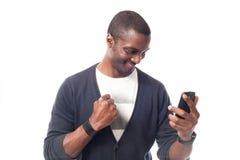 Lächelnder afroer-amerikanisch Mann mit Telefon lizenzfreie stockfotos