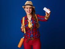 Lächelnder aktiver Frauenwanderer, der Tabletten in der Blisterpackung zeigt Lizenzfreie Stockbilder