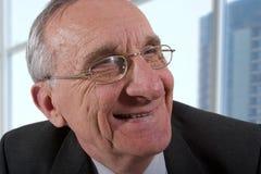 Lächelnder alter Mann stockfotografie