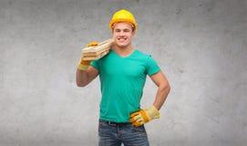 Lächelnder Arbeiter im Sturzhelm mit hölzernen Brettern Stockbilder