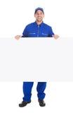 Lächelnder Arbeiter mit Anschlagtafel Stockfotografie