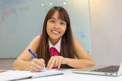 Lächelnder asiatischer Angestellter glücklich mit ihrem Job lizenzfreie stockfotos