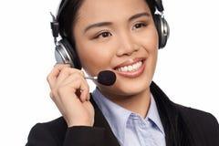 Lächelnder asiatischer Aufrufmittebediener stockbild