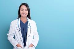 Lächelnder asiatischer Frauenarzt in einem weißen Mantel stockbilder