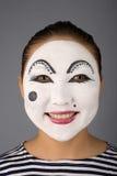 Lächelnder asiatischer Pantomime, der zur Kamera schaut Lizenzfreies Stockbild