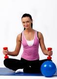 Lächelnder Athlet, der Yogaübung tut Stockfotos