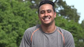 Lächelnder athletischer hispanischer erwachsener Mann stock footage
