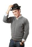 Lächelnder attraktiver junger Mann, der schwarzen Hut trägt Lizenzfreie Stockfotografie