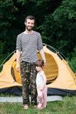 Lächelnder bärtiger Tourist mit kleinem Mädchen im Wald stockfoto