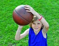 Lächelnder Basketball-Spieler bereit, einen Schuss zu machen Stockbilder