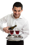 Lächelnder Bediensteter oder Kellner mit Wein lizenzfreie stockbilder