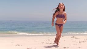Lächelnder Betrieb des kleinen Mädchens stock footage