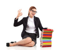 Lächelnder Bibliothekar, der okayzeichen zeigt lizenzfreies stockfoto