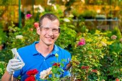 Lächelnder Biologe mit einem Reagenzglas Stockbilder