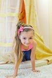 Lächelnder Blick des kleinen Mädchens heraus vom Baldachin Lizenzfreie Stockfotos