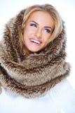 Lächelnder blonde Frauen-tragender Pelz-Hals-Wärmer Lizenzfreies Stockbild