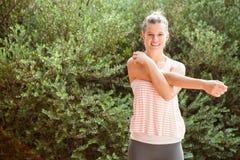 Lächelnder blonder Athlet, der Arme ausdehnt Lizenzfreie Stockbilder