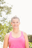 Lächelnder blonder Athlet, der Kamera betrachtet Stockbilder