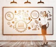 Lächelnder blonder Frauen- und Geschäftspreis, whiteboard Stockfotos