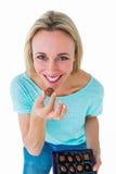 Lächelnder blonder haltener Kasten Schokoladen Lizenzfreies Stockfoto
