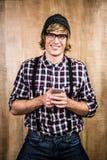 Lächelnder blonder Hippie, der Smartphone hält Stockbilder
