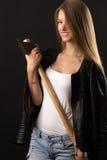 Lächelnder blonder Jugendlicher mit Axt in den Händen Stockfotos