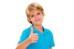 Lächelnder blonder Junge mit dem Daumen oben Stockfotografie