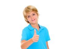 Lächelnder blonder Junge mit dem Daumen oben Stockfoto