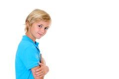 Lächelnder blonder Junge mit den gekreuzten Armen Stockfotos