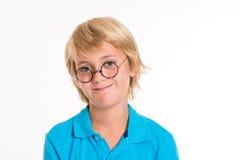 Lächelnder blonder Junge mit runden Gläsern Lizenzfreies Stockfoto