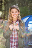 Lächelnder blonder Lagerbewohner, der vor Zelt steht Stockfotografie
