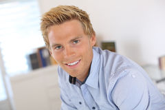 Lächelnder blonder Mann mit blauen Augen Stockfoto