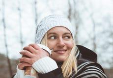 Lächelnder blonder trinkender Kaffee draußen Lizenzfreie Stockfotos