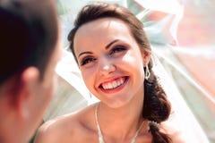 Lächelnder Brautbräutigam stockfoto