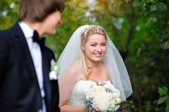 Lächelnder Brautbräutigam an einer Hochzeit im Sommer draußen Lizenzfreies Stockbild
