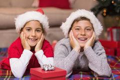 Lächelnder Bruder und Schwester, die auf der Abdeckung liegen Stockbilder
