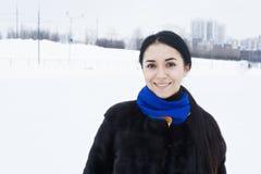 Lächelnder Brunette auf Eisbahn stockbilder