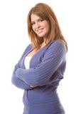 Lächelnder Brunette in der purpurroten Wolljacke-Strickjacke Stockfotos